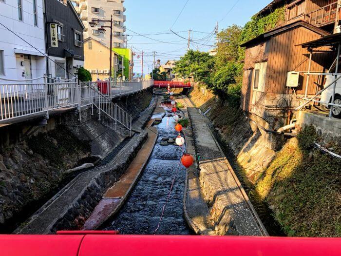 網代駅前の川の風景