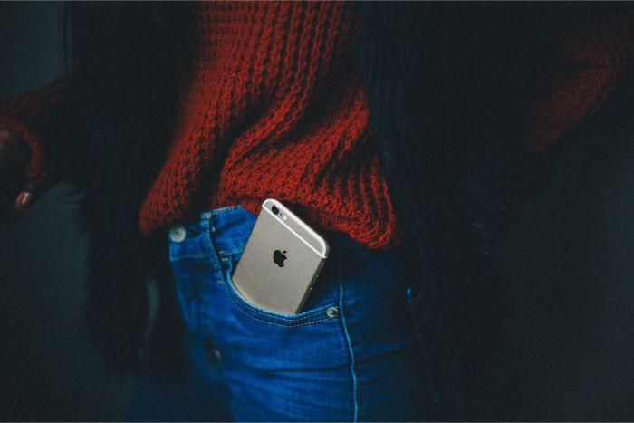 iPhoneだけをポケットに入れて外出する様子