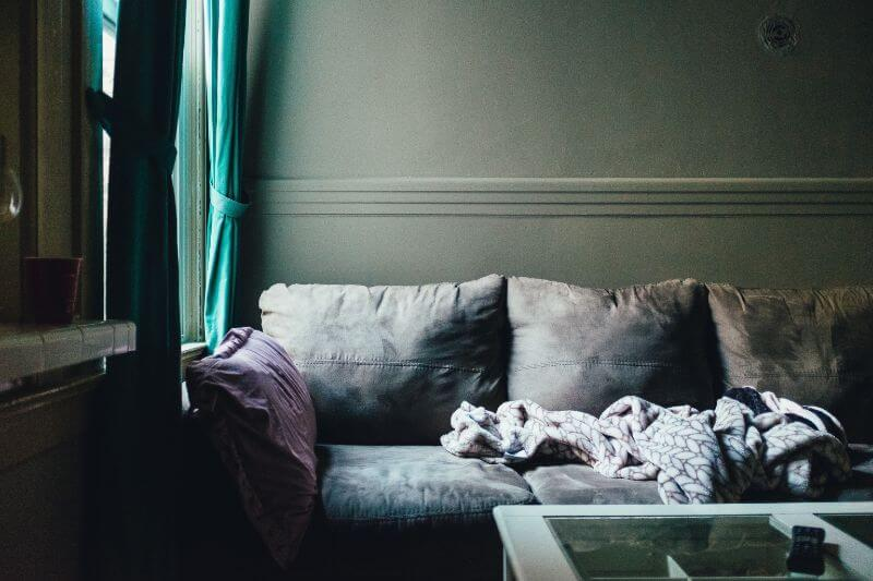 引きこもった家のソファ
